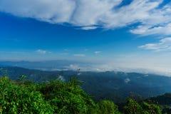 Niebieskie niebo i chmura z łąkowym drzewem Równiny krajobrazowy tło fotografia stock