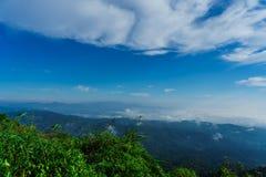 Niebieskie niebo i chmura z łąkowym drzewem Równiny krajobrazowy tło zdjęcie stock