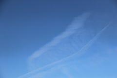 Niebieskie niebo i chmury pokazywać linie Zdjęcia Stock