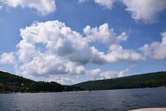 Niebieskie niebo i chmury przy jeziorem fotografia royalty free