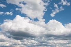 Niebieskie niebo i chmury w lato sezonie Fotografia Stock