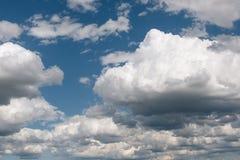 Niebieskie niebo i chmury w lato sezonie Zdjęcie Stock