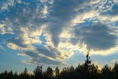 Niebieskie niebo i chmury w postaci vortex obrazy stock