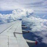 Niebieskie niebo i chmury, widok skrzydło, komarnica w powietrzu Widok od China Airlines samolotu obrazy stock