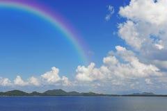 Niebieskie niebo i góra z rainblow Obraz Royalty Free