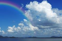 Niebieskie niebo i góra z rainblow Fotografia Royalty Free