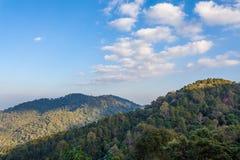 Niebieskie niebo i góry Zdjęcia Royalty Free
