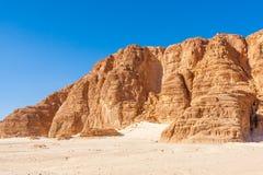 Niebieskie Niebo i góry w Synaj pustyni Zdjęcia Stock