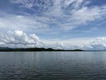Niebieskie niebo i jezioro Zdjęcie Royalty Free