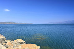Niebieskie niebo i jezioro Zdjęcia Royalty Free