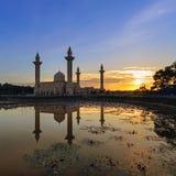 Niebieskie niebo i odbicie meczet z lotosem na jeziorze Zdjęcie Stock