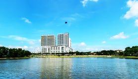 Niebieskie niebo i odbicie meczet z lotosem na jeziorze Zdjęcia Stock