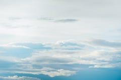 Niebieskie niebo i puszysty biel chmur sześcian używać jako tło Zdjęcia Royalty Free