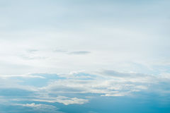 Niebieskie niebo i puszysty biel chmur sześcian używać jako tło Fotografia Royalty Free