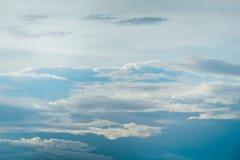 Niebieskie niebo i puszysty biel chmur sześcian używać jako tło Obraz Royalty Free