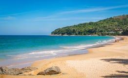 Niebieskie niebo i spokojny morze na Naithon Noi wyrzucać na brzeg w Phuket Tajlandia zdjęcie stock