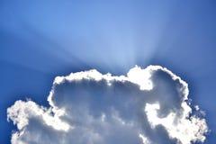 Niebieskie niebo i sunbeams Zdjęcia Royalty Free