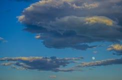 Niebieskie niebo i szarość chmurniejemy z blask księżyca na dzień zdjęcia royalty free