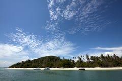 Niebieskie niebo i tropikalna plaża (Koh Dzwonił Phuket, Tajlandia,) Obraz Stock