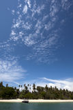 Niebieskie niebo i tropikalna plaża (Koh Dzwonił Phuket, Tajlandia,) Obrazy Royalty Free