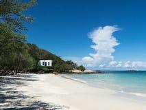 Niebieskie niebo i zaciszność wyrzucać na brzeg na wyspie w Thailand Zdjęcie Stock