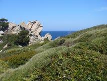 Niebieskie niebo i zadziwiający morze, granit skały z śródziemnomorską roślinnością, księżyc doliny, Valle della Luna, Capo Testa Fotografia Royalty Free