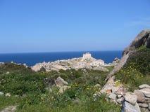 Niebieskie niebo i zadziwiający morze, granit skały z śródziemnomorską roślinnością, księżyc doliny, Valle della Luna, Capo Testa Zdjęcie Stock
