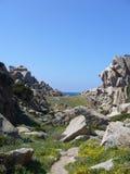 Niebieskie niebo i zadziwiający morze, granit skały z śródziemnomorską roślinnością, księżyc doliny, Valle della Luna, Capo Testa Obraz Royalty Free