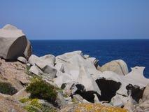 Niebieskie niebo i zadziwiający morze, granit skały z śródziemnomorską roślinnością, księżyc doliny, Valle della Luna, Capo Testa Zdjęcia Stock