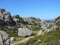 Niebieskie niebo i zadziwiający morze, granit skały z śródziemnomorską roślinnością, księżyc doliny, Valle della Luna, Capo Testa Zdjęcia Royalty Free