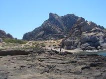 Niebieskie niebo i zadziwiający morze, granit skały z śródziemnomorską roślinnością, księżyc doliny, Valle della Luna, Capo Testa Fotografia Stock