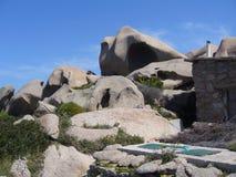 Niebieskie niebo i zadziwiający morze, granit skały z śródziemnomorską roślinnością, księżyc doliny, Valle della Luna, Capo Testa Obraz Stock