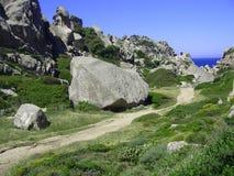 Niebieskie niebo i zadziwiający morze, granit skały z śródziemnomorską roślinnością, księżyc doliny, Valle della Luna, Capo Testa Obrazy Stock
