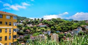 Niebieskie niebo i zielony teren Santa Teresa okręg, Rio De Janeiro zdjęcie stock