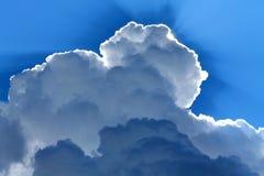 Niebieskie niebo, lato, biel chmurnieje, słońce, cienie, obraz royalty free