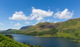Niebieskie niebo letni dzień Buttermere Jeziorny Gromadzki Cumbria Anglia uk z pięknymi górami Obrazy Stock