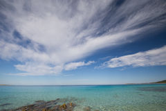Niebieskie niebo na chorwackiej plaży Obrazy Royalty Free