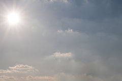 Niebieskie niebo na jaskrawym słonecznym dniu Zdjęcie Stock