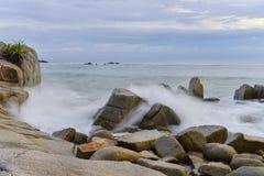 Niebieskie niebo na plaży i skała zdjęcie stock