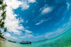 Niebieskie niebo nad łódź przy seashore Fotografia Stock