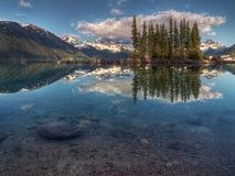 Niebieskie niebo nad błękitny halnym jeziorem Obraz Stock