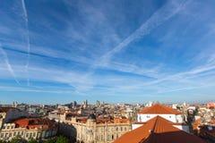 Niebieskie niebo nad centre stary miasteczko Porto obraz royalty free