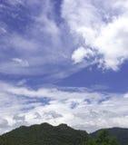 Niebieskie niebo nad górą Zdjęcie Royalty Free