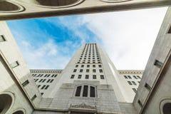 Niebieskie niebo nad Los Angeles urzędem miasta fotografia stock
