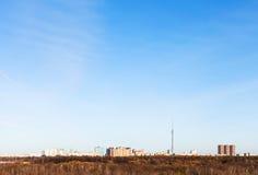 Niebieskie niebo nad miastem w wczesnej wiośnie Obrazy Royalty Free