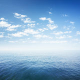 Niebieskie niebo nad morza lub oceanu wodą Obraz Royalty Free