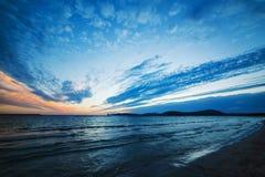 Niebieskie niebo nad morzem przy zmierzchem Obrazy Royalty Free