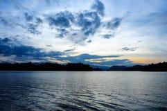 Niebieskie niebo nad Vachiralongkorn tamą Obraz Stock