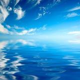 Niebieskie niebo nad wodą Fotografia Stock