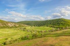 Niebieskie niebo nad zielonymi wzgórzami Zdjęcia Royalty Free